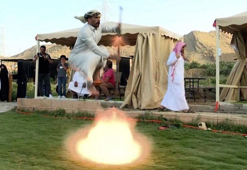 Điệu nhảy truyền thống kỳ lạ của người Ả Rập có sử dụng súng khiến du khách ngạc nhiên - hình ảnh 1