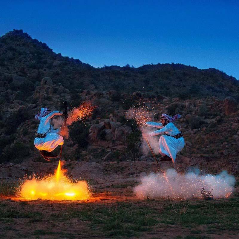 Điệu nhảy truyền thống kỳ lạ của người Ả Rập có sử dụng súng khiến du khách ngạc nhiên - hình ảnh 2