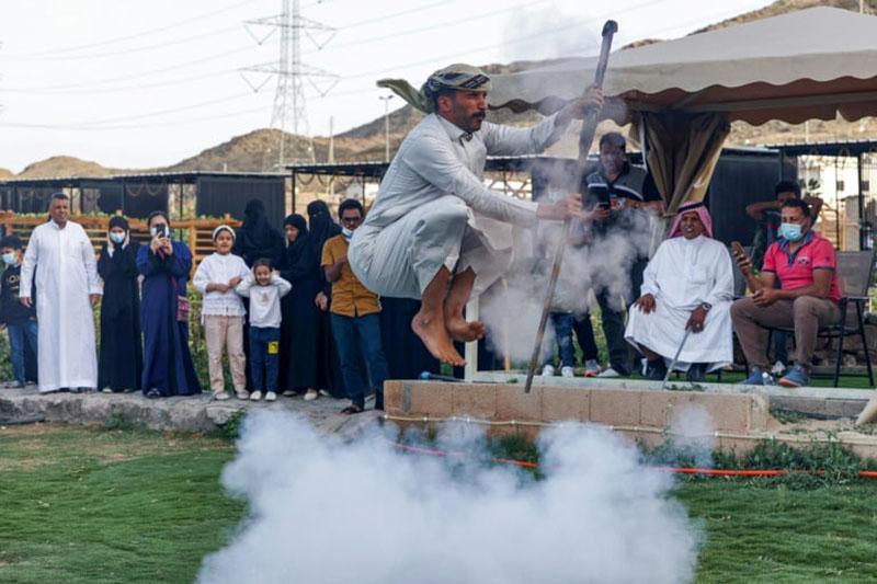 Điệu nhảy truyền thống kỳ lạ của người Ả Rập có sử dụng súng khiến du khách ngạc nhiên - hình ảnh 3