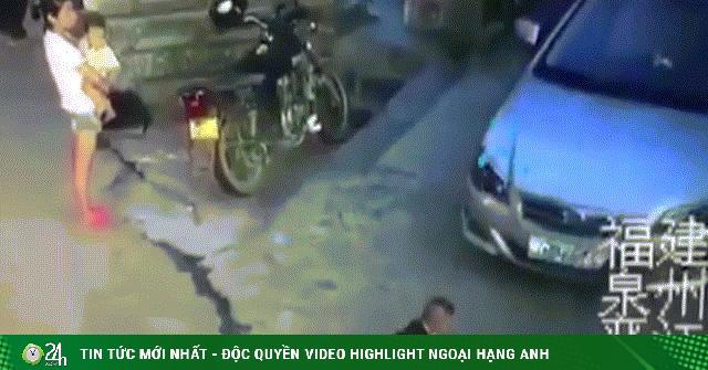 Phẫn nộ video người phụ nữ thản nhiên đứng nhìn bé trai 2 tuổi bị ô tô cán trúng