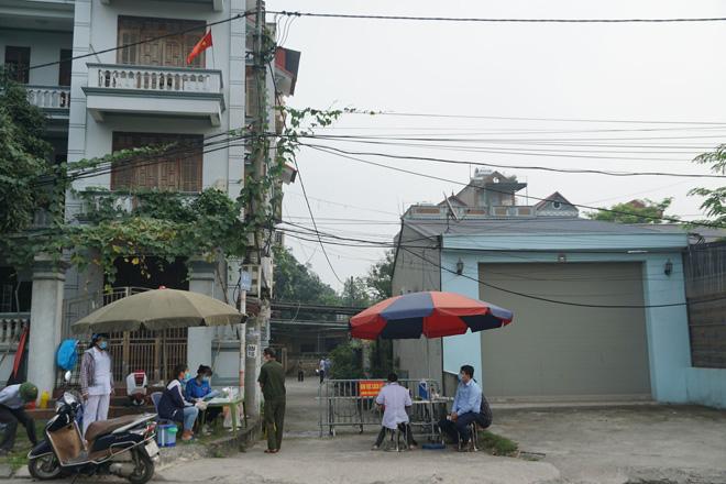 Phong tỏa con ngõ nơi ca mắc COVID-19 ở Hà Nội sinh sống - hình ảnh 1