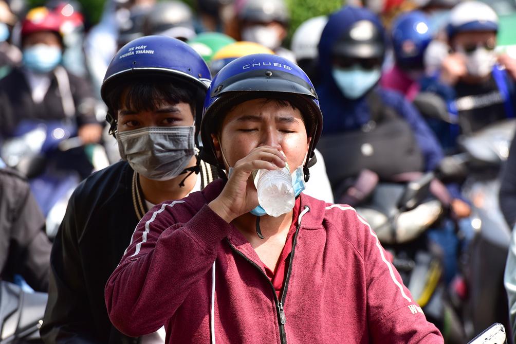 TP.HCM: Kẹt xe khủng khiếp, từ sáng đến trưa người dân vẫn chưa lên được phà - hình ảnh 9