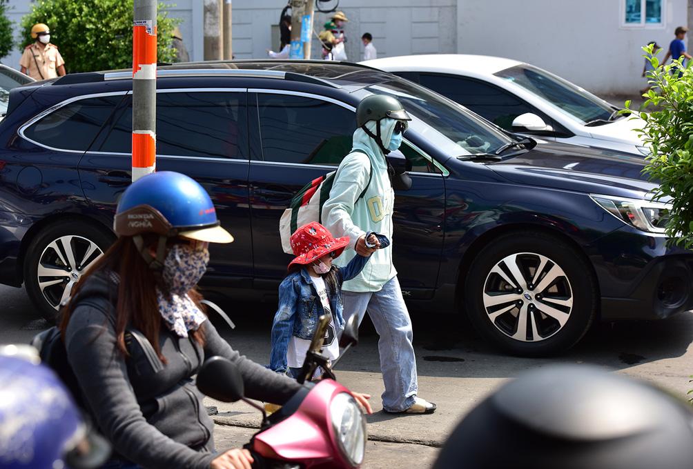 TP.HCM: Kẹt xe khủng khiếp, từ sáng đến trưa người dân vẫn chưa lên được phà - hình ảnh 10