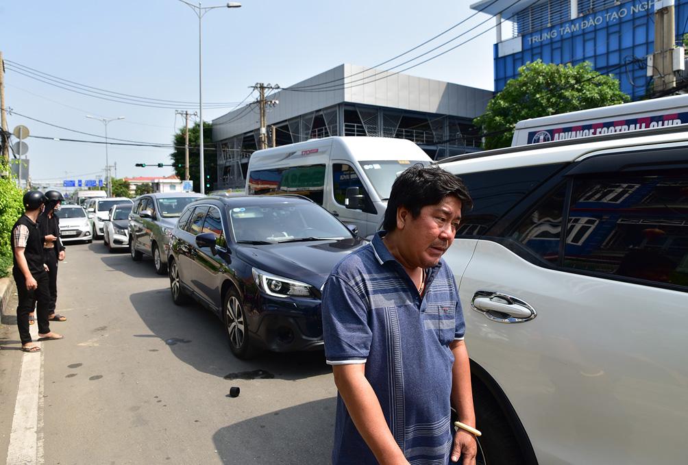 TP.HCM: Kẹt xe khủng khiếp, từ sáng đến trưa người dân vẫn chưa lên được phà - hình ảnh 12
