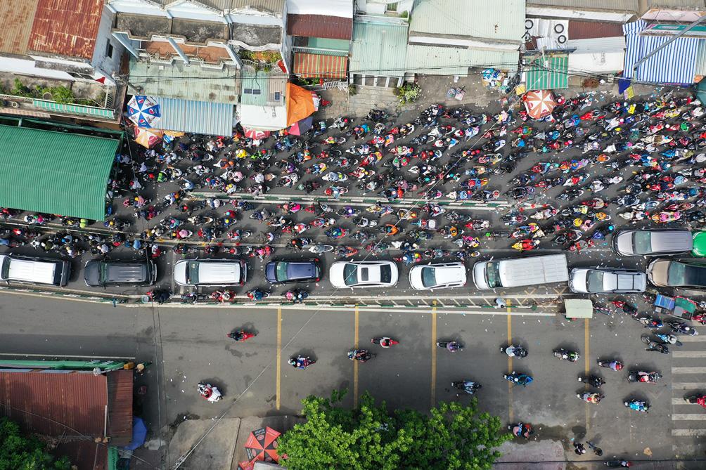 TP.HCM: Kẹt xe khủng khiếp, từ sáng đến trưa người dân vẫn chưa lên được phà - hình ảnh 13