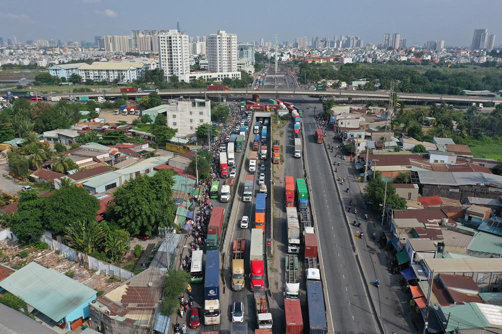 TP.HCM: Kẹt xe khủng khiếp, từ sáng đến trưa người dân vẫn chưa lên được phà - hình ảnh 14