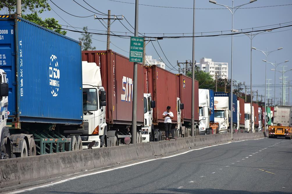 TP.HCM: Kẹt xe khủng khiếp, từ sáng đến trưa người dân vẫn chưa lên được phà - hình ảnh 15
