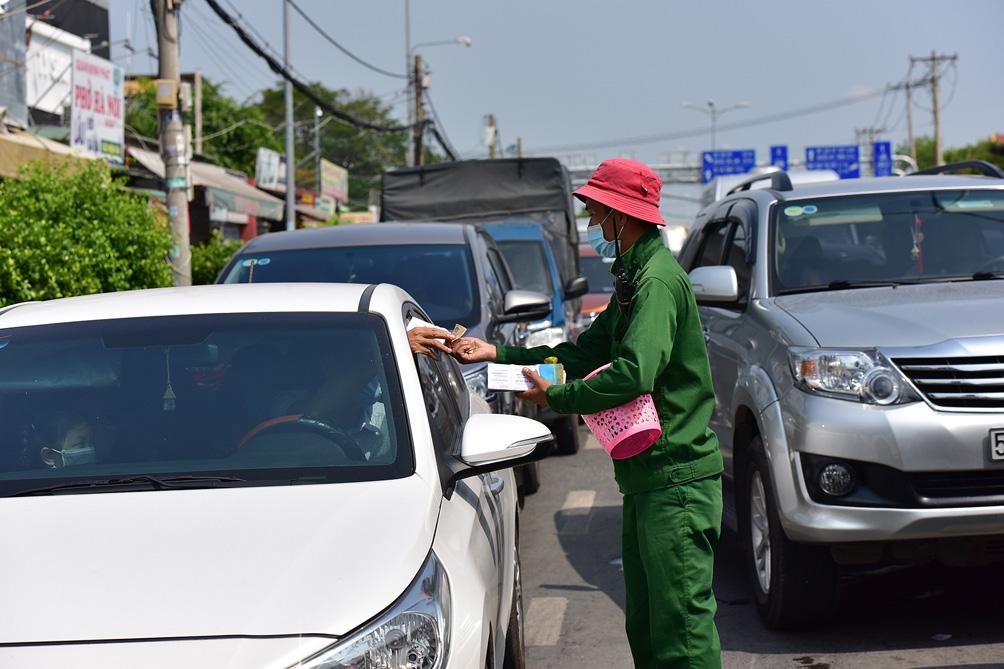TP.HCM: Kẹt xe khủng khiếp, từ sáng đến trưa người dân vẫn chưa lên được phà - hình ảnh 16