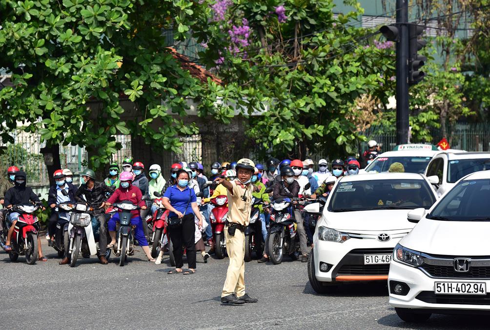 TP.HCM: Kẹt xe khủng khiếp, từ sáng đến trưa người dân vẫn chưa lên được phà - hình ảnh 17