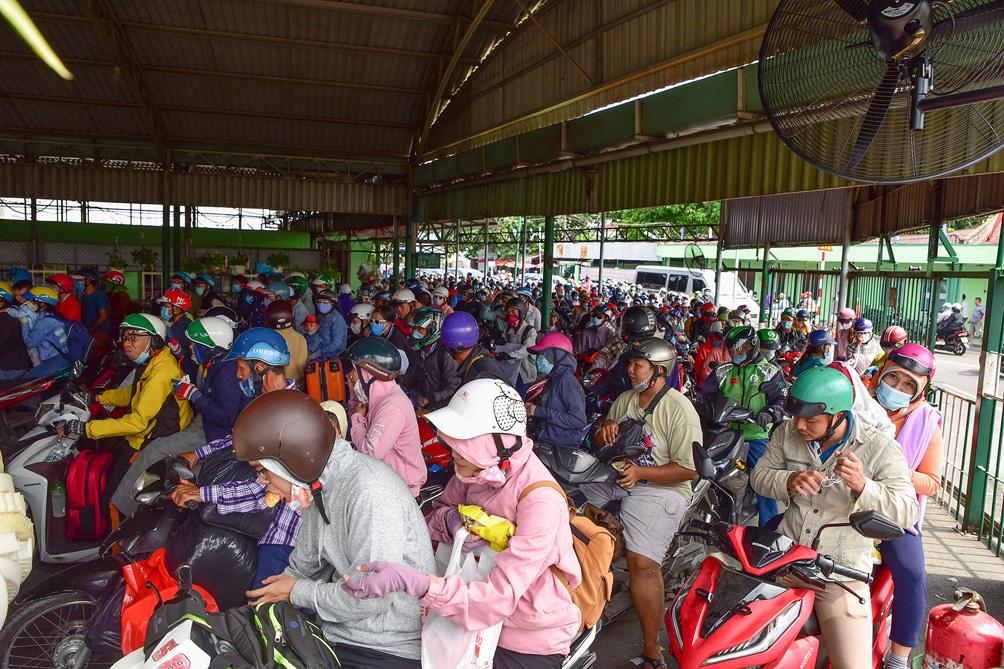 TP.HCM: Kẹt xe khủng khiếp, từ sáng đến trưa người dân vẫn chưa lên được phà - hình ảnh 2