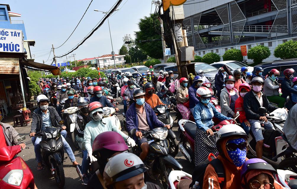 TP.HCM: Kẹt xe khủng khiếp, từ sáng đến trưa người dân vẫn chưa lên được phà - hình ảnh 4