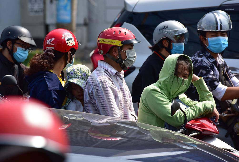 TP.HCM: Kẹt xe khủng khiếp, từ sáng đến trưa người dân vẫn chưa lên được phà - hình ảnh 6