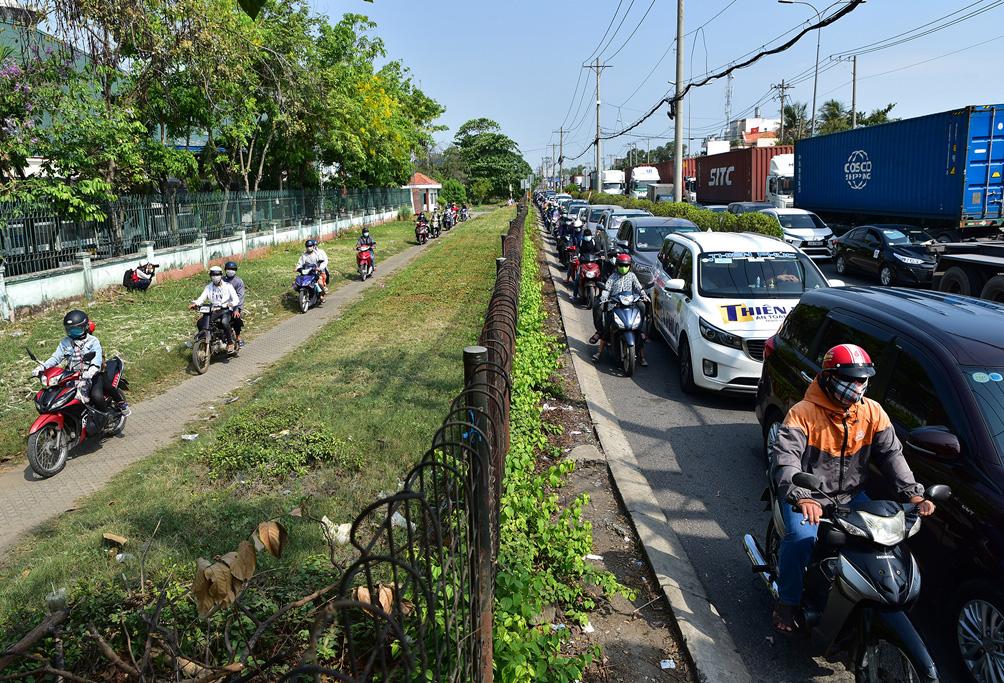 TP.HCM: Kẹt xe khủng khiếp, từ sáng đến trưa người dân vẫn chưa lên được phà - hình ảnh 7