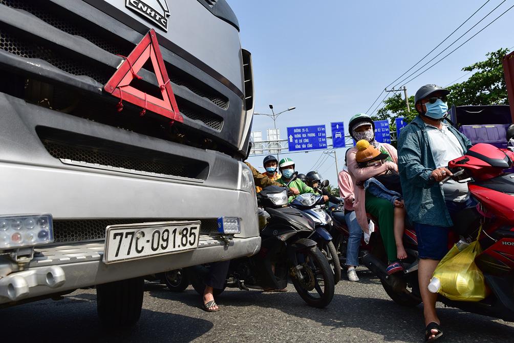 TP.HCM: Kẹt xe khủng khiếp, từ sáng đến trưa người dân vẫn chưa lên được phà - hình ảnh 8