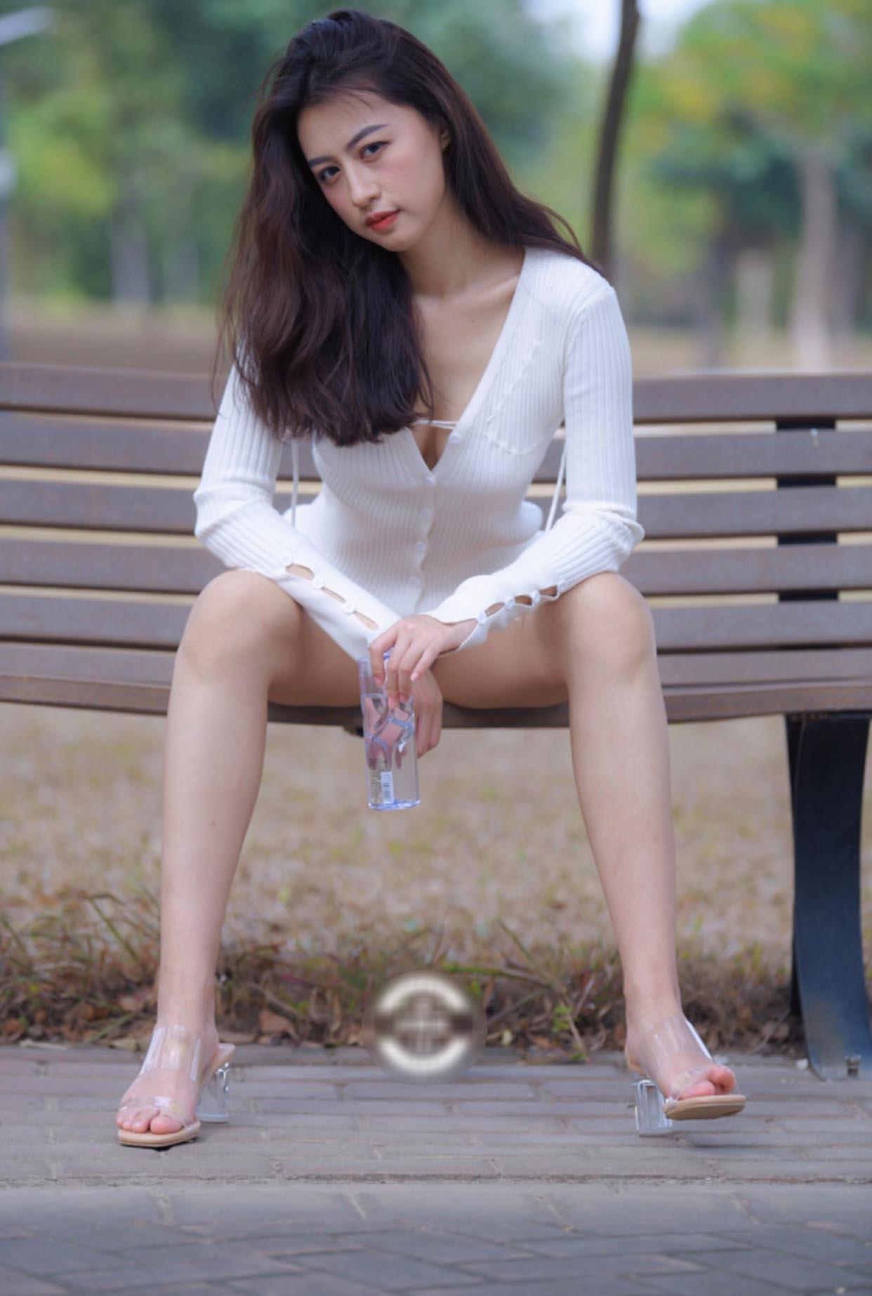 Mặc váy Quỳnh Búp Bê xộc xệch lộ cả vòng 3, cô gái còn bị chê vì tư thế kém duyên - hình ảnh 3