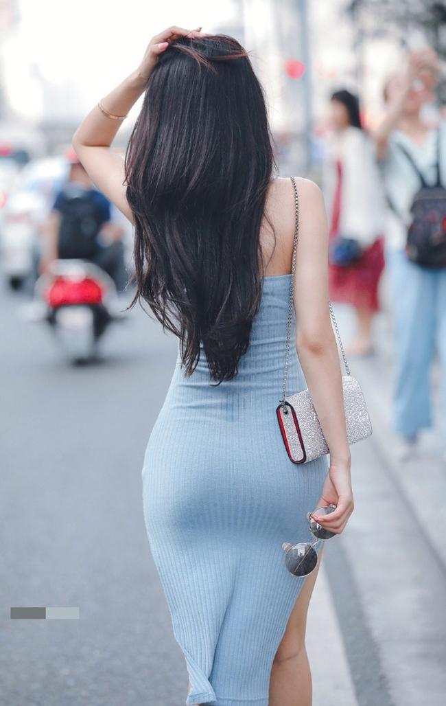 Mặc váy Quỳnh Búp Bê xộc xệch lộ cả vòng 3, cô gái còn bị chê vì tư thế kém duyên - hình ảnh 1