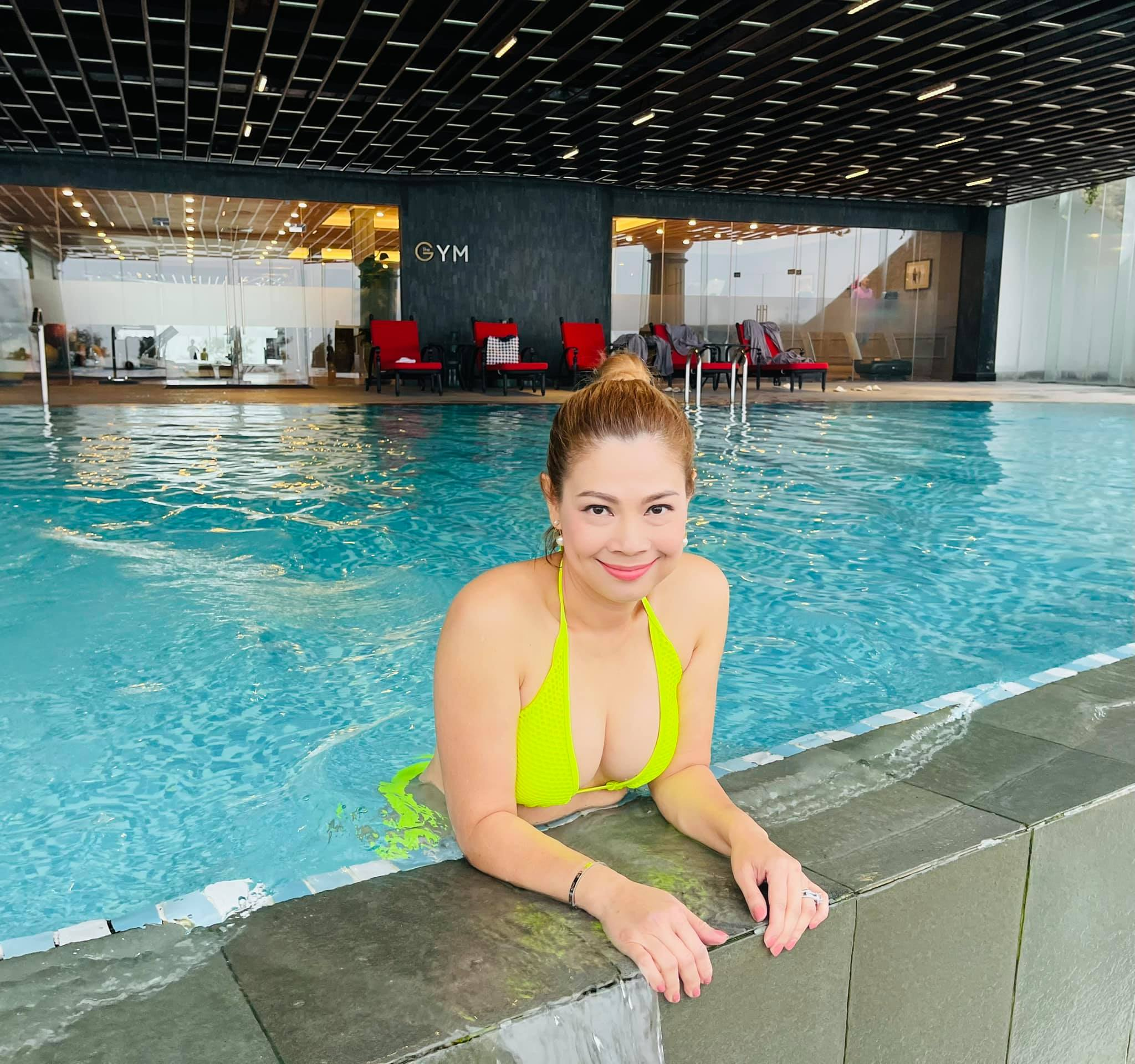 """Thanh Thảo đăng ảnh tắm bồn, bikini khoe vòng 1 ở bể bơi gây """"nghẽn mạng"""" - 3"""