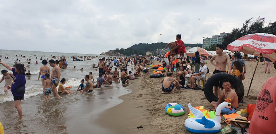 Du khách ùn ùn đổ về tắm biển, TP Sầm Sơn ra công văn khẩn - hình ảnh 10