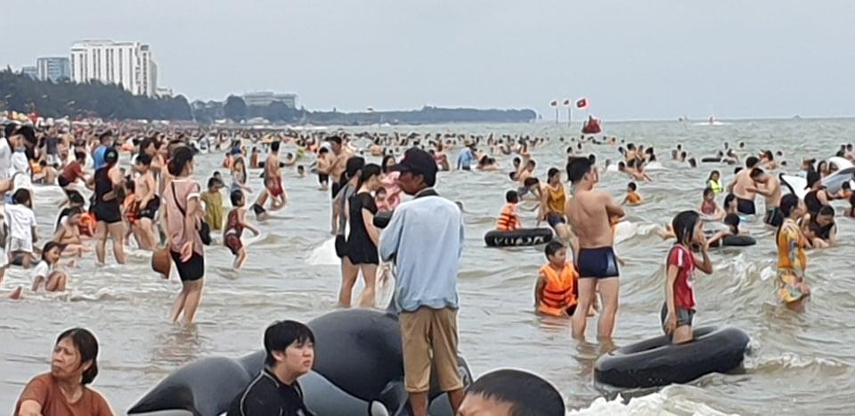 Du khách ùn ùn đổ về tắm biển, TP Sầm Sơn ra công văn khẩn - 11
