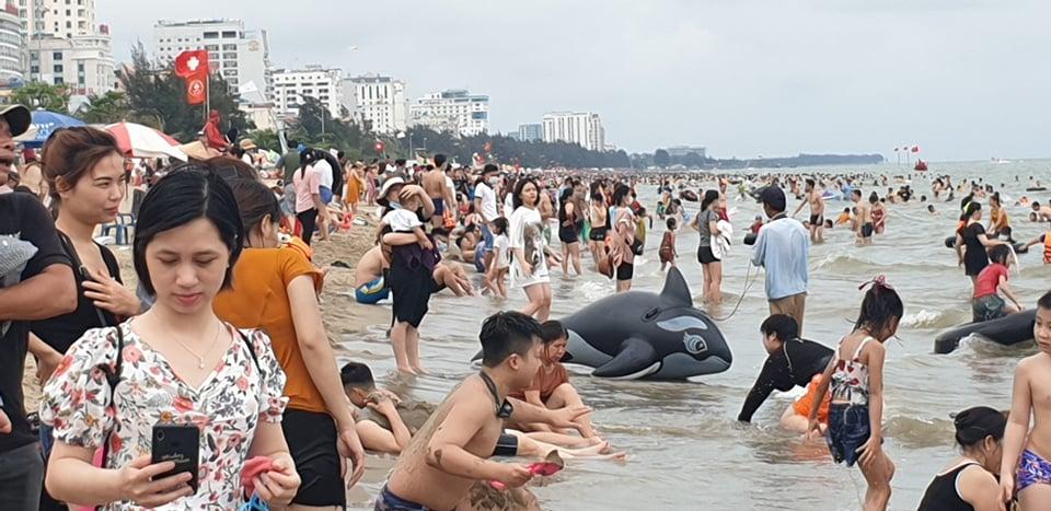 Du khách ùn ùn đổ về tắm biển, TP Sầm Sơn ra công văn khẩn - 12