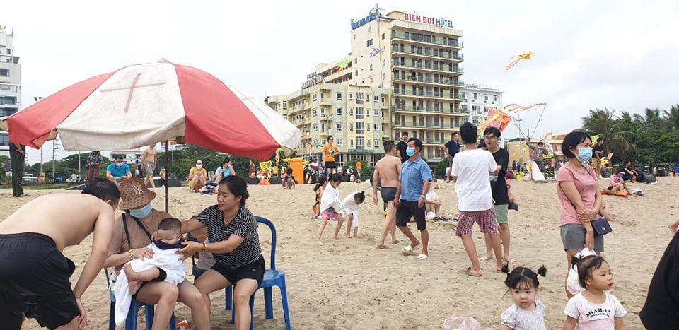 Du khách ùn ùn đổ về tắm biển, TP Sầm Sơn ra công văn khẩn - 3