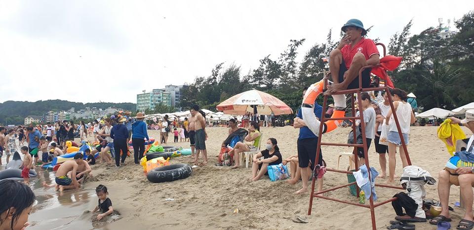 Du khách ùn ùn đổ về tắm biển, TP Sầm Sơn ra công văn khẩn - hình ảnh 4
