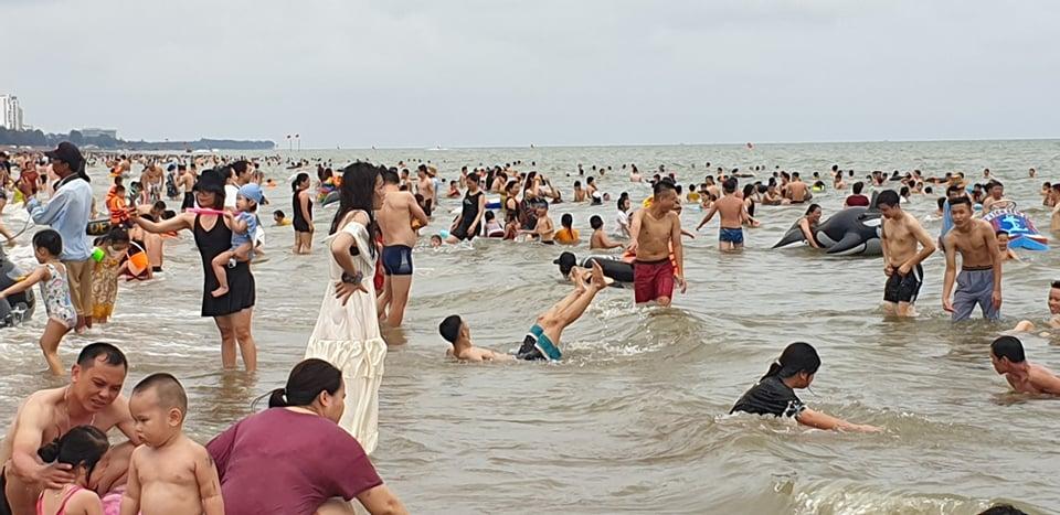 Du khách ùn ùn đổ về tắm biển, TP Sầm Sơn ra công văn khẩn - 5