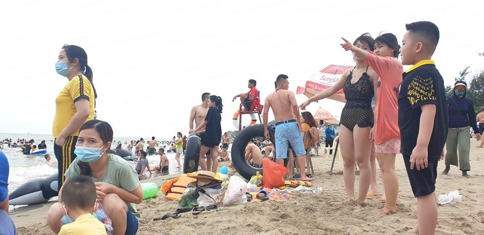 Du khách ùn ùn đổ về tắm biển, TP Sầm Sơn ra công văn khẩn - 6