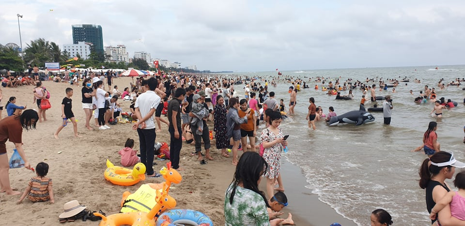 Du khách ùn ùn đổ về tắm biển, TP Sầm Sơn ra công văn khẩn - 7