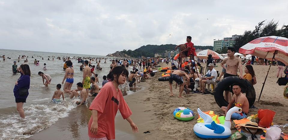 Du khách ùn ùn đổ về tắm biển, TP Sầm Sơn ra công văn khẩn - hình ảnh 8