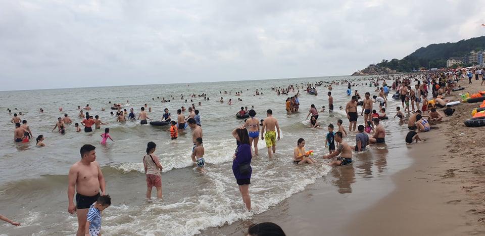 Du khách ùn ùn đổ về tắm biển, TP Sầm Sơn ra công văn khẩn - hình ảnh 9