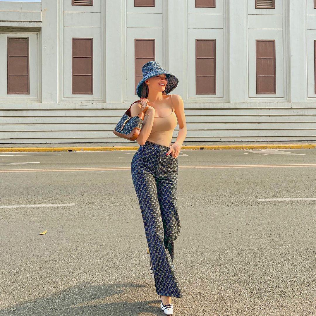 """Hà Hồ mặc áo khoét nách nude """"bài trừ nội y"""" không bị chê mà rất mực thời thượng - hình ảnh 5"""