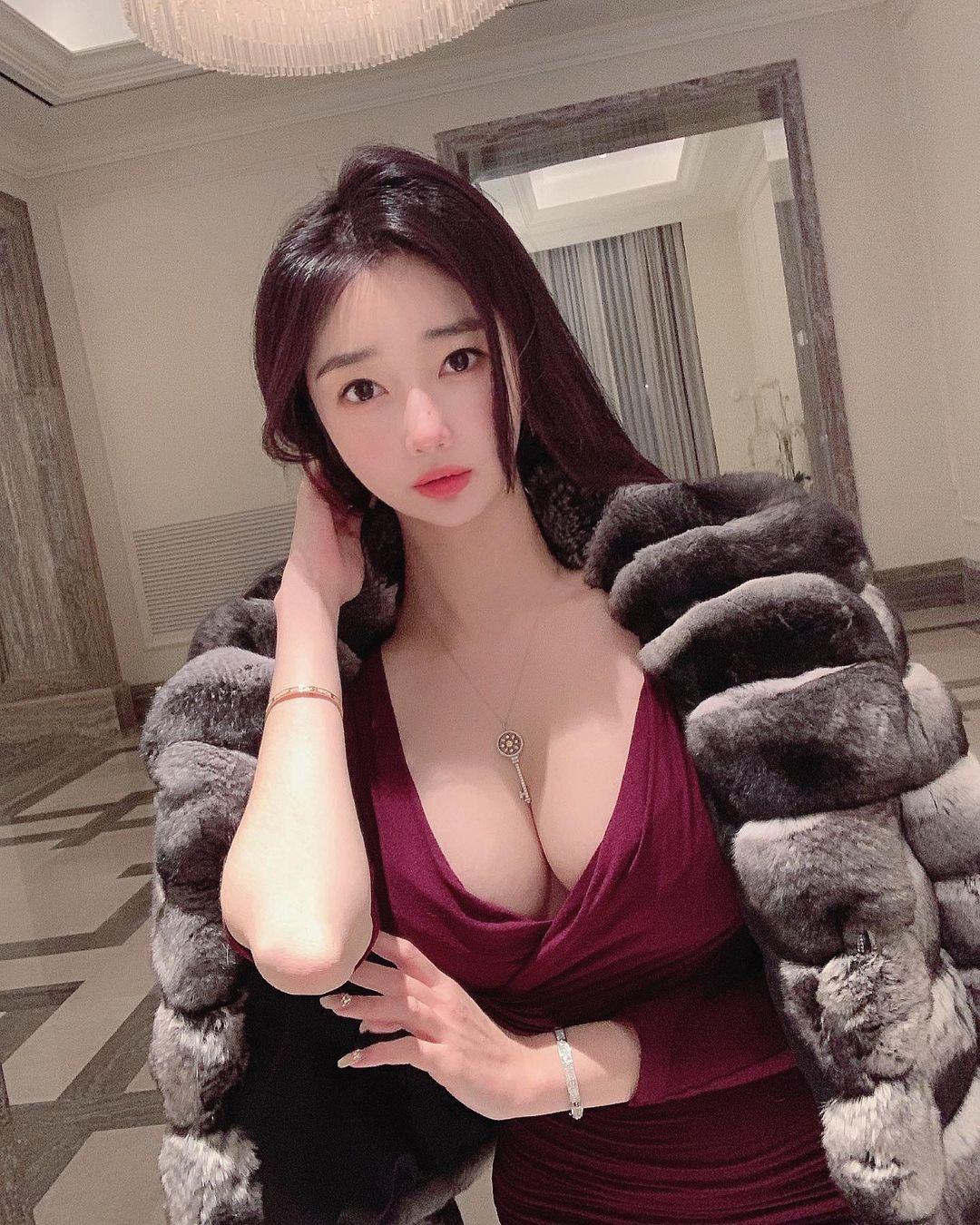 Nữ giám đốc Hàn Quốc diện đồ công sở cũng gợi cảm nhờ vòng 1 đẹp đầy đặn - hình ảnh 10