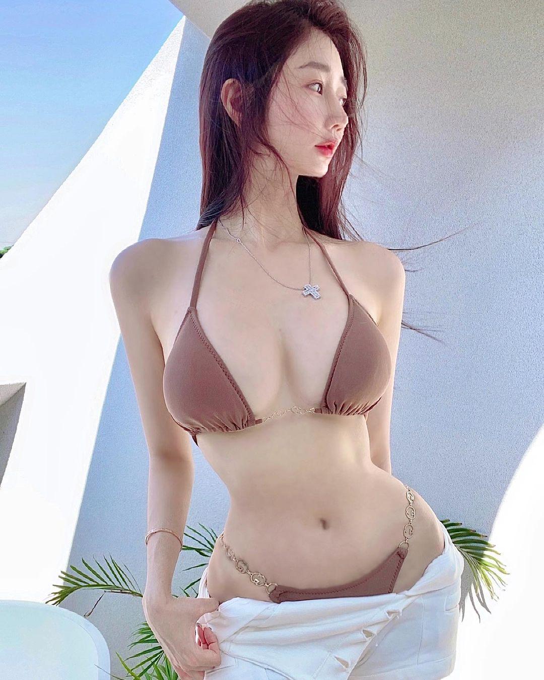 Nữ giám đốc Hàn Quốc diện đồ công sở cũng gợi cảm nhờ vòng 1 đẹp đầy đặn - hình ảnh 3