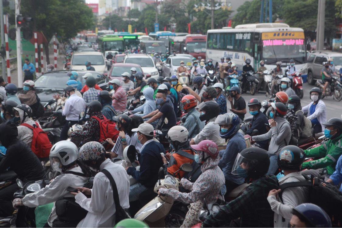 Người dân đổ về Hà Nội sau kỳ nghỉ lễ, đường phố Hà Nội khá thông thoáng - hình ảnh 5
