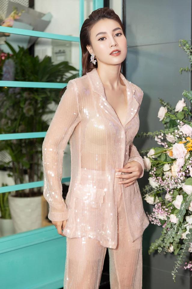 """""""Vợ bầu trăm tỷ của Trấn Thành"""" mặc váy mỏng phòng the, nội y lấp ló - hình ảnh 3"""