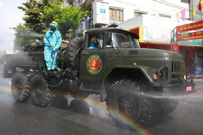CLIP: Đà Nẵng khẩn cấp phong tỏa khu dân cư quanh vũ trường New Phương Đông - 4