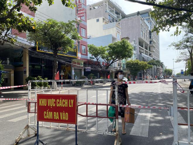 CLIP: Đà Nẵng khẩn cấp phong tỏa khu dân cư quanh vũ trường New Phương Đông - 6