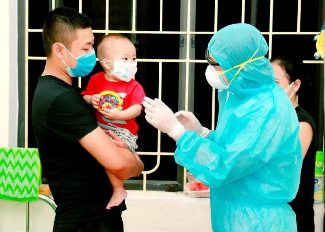 Xúc động hình ảnh các y bác sỹ trắng đêm theo dõi tình hình dịch bệnh COVID-19 tại Vĩnh Phúc - 4