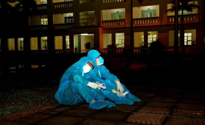 Xúc động hình ảnh các y bác sỹ trắng đêm theo dõi tình hình dịch bệnh COVID-19 tại Vĩnh Phúc - 3