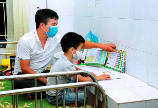 Xúc động hình ảnh các y bác sỹ trắng đêm theo dõi tình hình dịch bệnh COVID-19 tại Vĩnh Phúc - 6