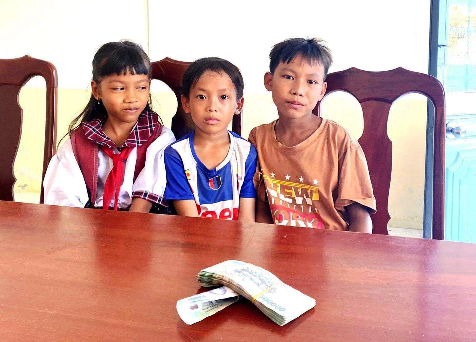 Nhặt được bọc tiền trên đường, 3 học sinh tiểu học có hành động cực đẹp - hình ảnh 1