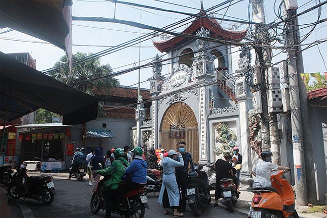 Đền chùa đóng cửa, người dân vẫn đến cúng bái bất chấp dịch COVID-19 - 1