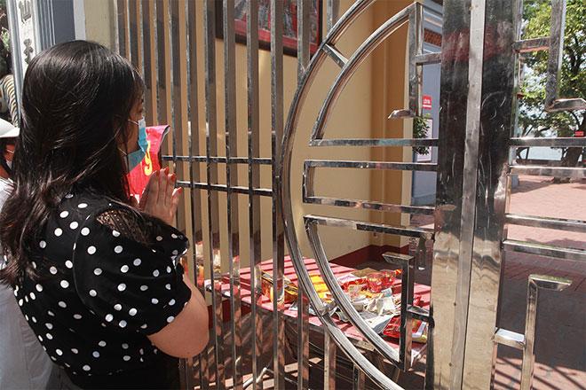 Đền chùa đóng cửa, người dân vẫn đến cúng bái bất chấp dịch COVID-19 - 12