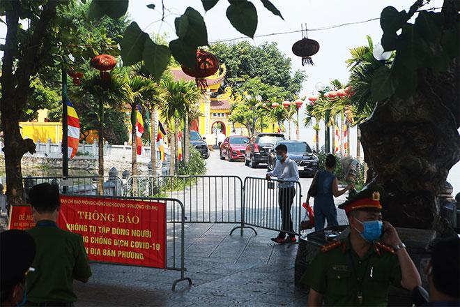Đền chùa đóng cửa, người dân vẫn đến cúng bái bất chấp dịch COVID-19 - 16