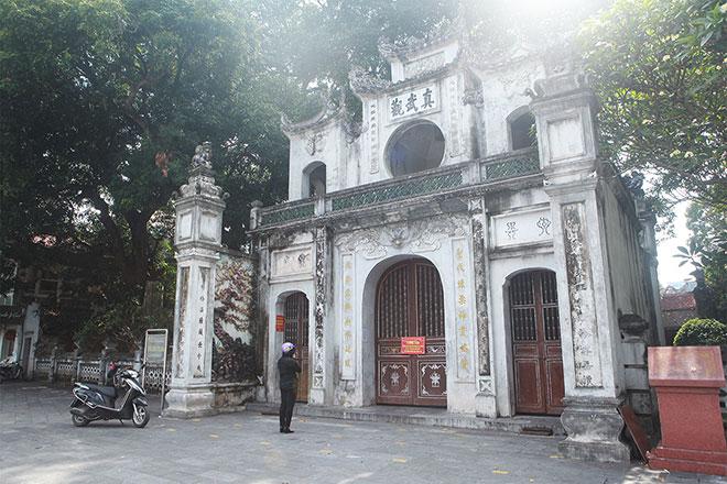 Đền chùa đóng cửa, người dân vẫn đến cúng bái bất chấp dịch COVID-19 - 18