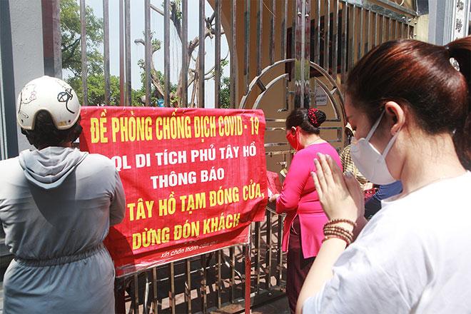 Đền chùa đóng cửa, người dân vẫn đến cúng bái bất chấp dịch COVID-19 - 2