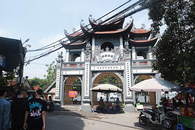 Đền chùa đóng cửa, người dân vẫn đến cúng bái bất chấp dịch COVID-19 - 3