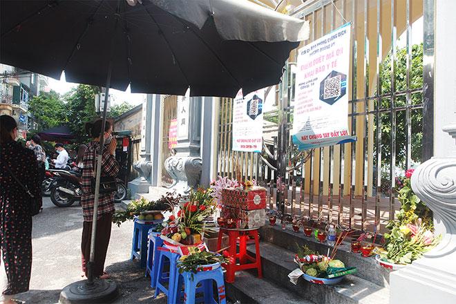 Đền chùa đóng cửa, người dân vẫn đến cúng bái bất chấp dịch COVID-19 - 5