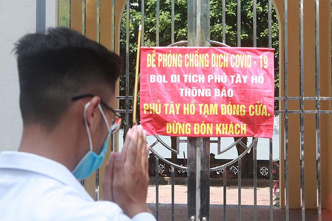Đền chùa đóng cửa, người dân vẫn đến cúng bái bất chấp dịch COVID-19 - 9